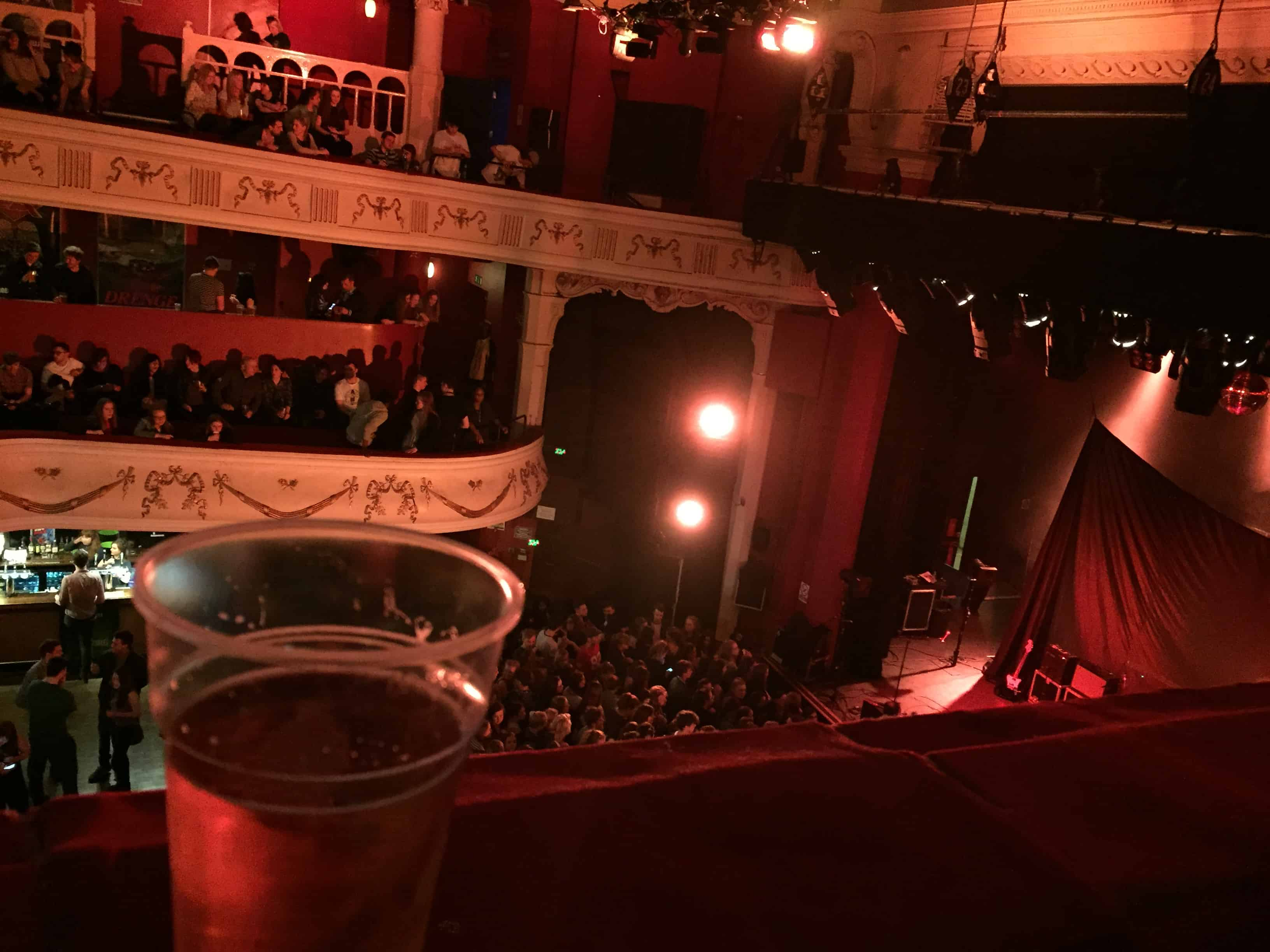 En pint & koncert i Shepherds Bush Empire